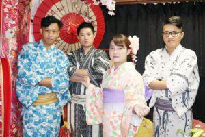 台湾からお越しのお客様です😊 伝統的な着物や浴衣をお選び頂きました👘華やかで素敵です😊 浅草観光楽しんで下さいね(*^▽^*) 来自台湾的客人、男士选择了传统的浴衣款式,女士选择了浅色系列的和服👘,超级可爱💕 愿今天在浅草度过开心的一天😄