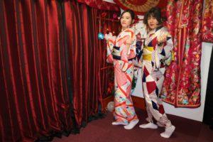 台灣的兩位女士穿上了顏色鮮豔的和服,十分亮眼呢!