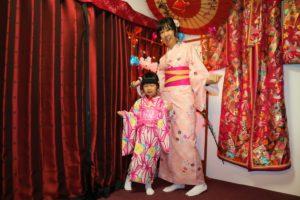 台灣的母女一同穿上粉色的和服,好適合呀!