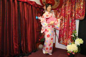 來自台灣的女士穿上一身粉色櫻花花紋的和服。