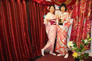 台灣的兩位女士選擇了紅色系的和服,很有春天來臨的感覺呢!