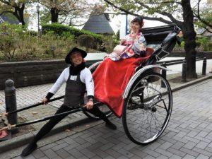 在加拿大留學的台灣女子,穿袴一起搭人力車~