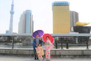 台灣來的一家人,在晴空塔前拍的情人節紀念寫真