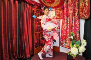 台灣的女士穿上了粉色的和服,很合襯呢!