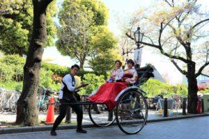 來自台灣的母女來觀光,搭乘人力車漫遊淺草。