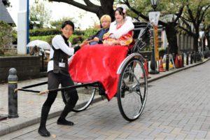 台灣來的可愛情侶,穿著華麗振袖,搭一起搭人力車