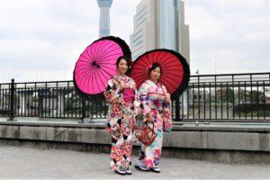USA女性2名 赤、ピンクの傘をさした女性の着物姿