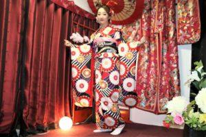 中國的小美女體驗振袖~打扮的好像要出嫁呀!太美了!