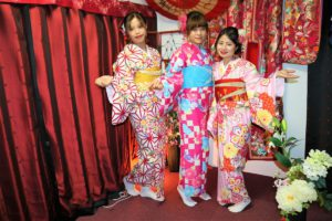 These three beautiful ladies are from Vietnam, they dressed in fabulous kimono looking fantastic! Kimono is the best dress to celebrate Japanese traditional new year!