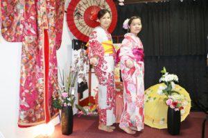 海外からお越しのお客様です😊 桜模様や朝顔の伝統的な浴衣をお選び頂きました👘お時間のない中和服体験ありがとうございます(*^▽^*) 楽しんで下さいね