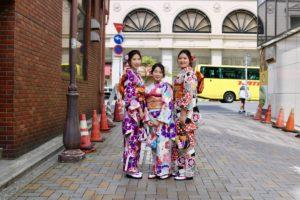 三位來自中國的女孩們穿上了俏麗又豪華的簡便振袖,髮飾、腰帶都十分適合呢!