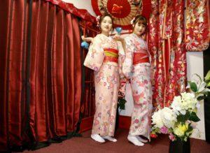兩位中國的美女穿上了粉嫩俏麗的和服,氣質脫俗。