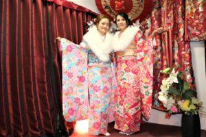 ベトナム 女性2人 日本の思い出作り、本振袖 記念写真