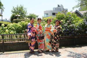 來自中國的客人穿上和服很適合呢!