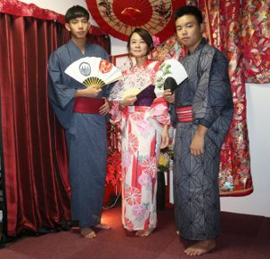 來自台灣的母子三人,看起來十分年輕就像姊弟呢!