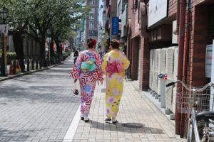 海外的美女,選擇可愛的黃色和服跟傳統圖案和服,非常適合喔!