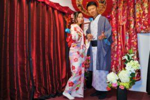 來自中國的情侶,穿上了相適的和服,女士的粉色與男士的藍色和服很合襯。