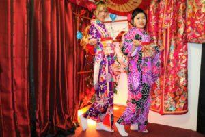 來自中國的兩位女士穿上了鮮豔的紫色振袖,非常華麗!