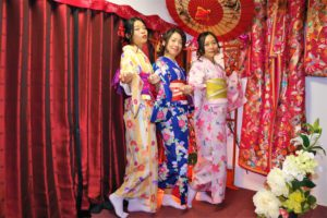來自中國的三位女士穿著俏麗花樣的和服,青春洋溢。