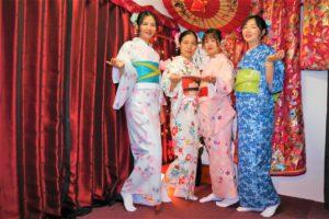 來自中國的家庭一起穿上了合襯的和服,拍照十分亮眼。