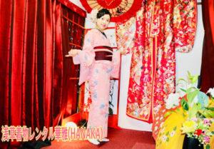 海外からお越しのお客様です👘始めての和服体験👘ありがとうございます。洋服とは違い、和服の豪華で日本👘の上品な花柄をお選びです  來自海外的客人👘第一次和服體驗👘非常感謝光臨本店! 和平常穿的衣服不同 日本的和服要挑選較華麗又高雅的花樣👘