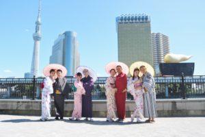 マレーシアから団体プランでお越しのお客様です😊当店前の隅田公園にて記念撮影です(*^▽^*) 皆様それぞれお似合いのお着物をお選び頂きました!和服体験ありがとうございます!