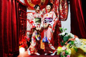 #海外 からお越しのお客様です❤️ お二人共赤い #伝統柄 のお #着物 をお選び頂きました👘✨ #編み込み スタイルがレトロで可愛いですね✨ #和服体験 ありがとうございます😊❣️  从海外来的客人🤗。 两个人都穿了红色的传统和服👘🎵。配上编织的发型十分漂亮哦。谢谢你们来日本体验和服哦👘。