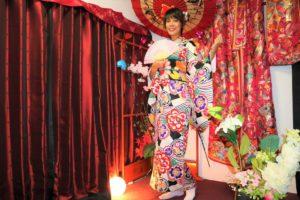 台灣的女士穿上了華美的振袖,非常亮麗,笑容也十分可掬!