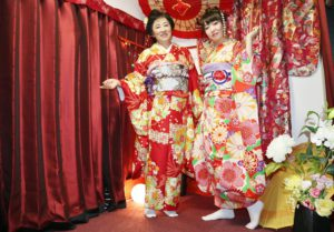 海外からお越しのお客様です😊 #本振袖 をお選び頂きました。 #日本旅行 で #和服体験 ありがとうございます👘👘💝😊 #ヘアーメイク💄オーダー頂きとてもお似合いで素敵でした。  来自海外的客人。选择了非常豪华的正式振袖。谢谢您们来日本旅行。发型和装容都是在店内做的很漂亮。