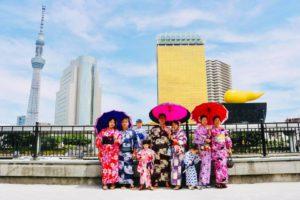 台湾からのお客様です。 とても素敵です。 來自臺灣的客人們,大家都穿上很適合的浴衣,在淺草觀光呢!