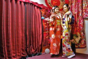 香港的兩位女士穿著色彩繽紛的和服,青春洋溢。