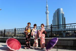 隅田公園で着物を着て記念写真です。
