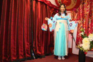 來自台灣的女性顧客,穿著粉嫩色系的袴套裝。