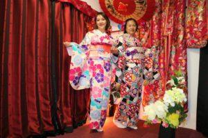 來自台灣的兩位女士穿上了華美的振袖和服,看起來就像貴婦呢!